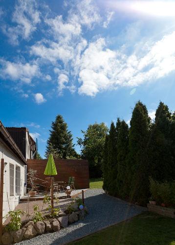 Ansicht der Terrasse mit Holzdeck