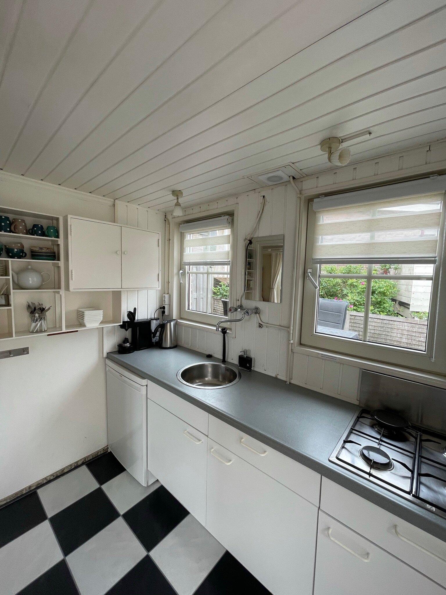 Küche mit Blick auf hintere Terrasse