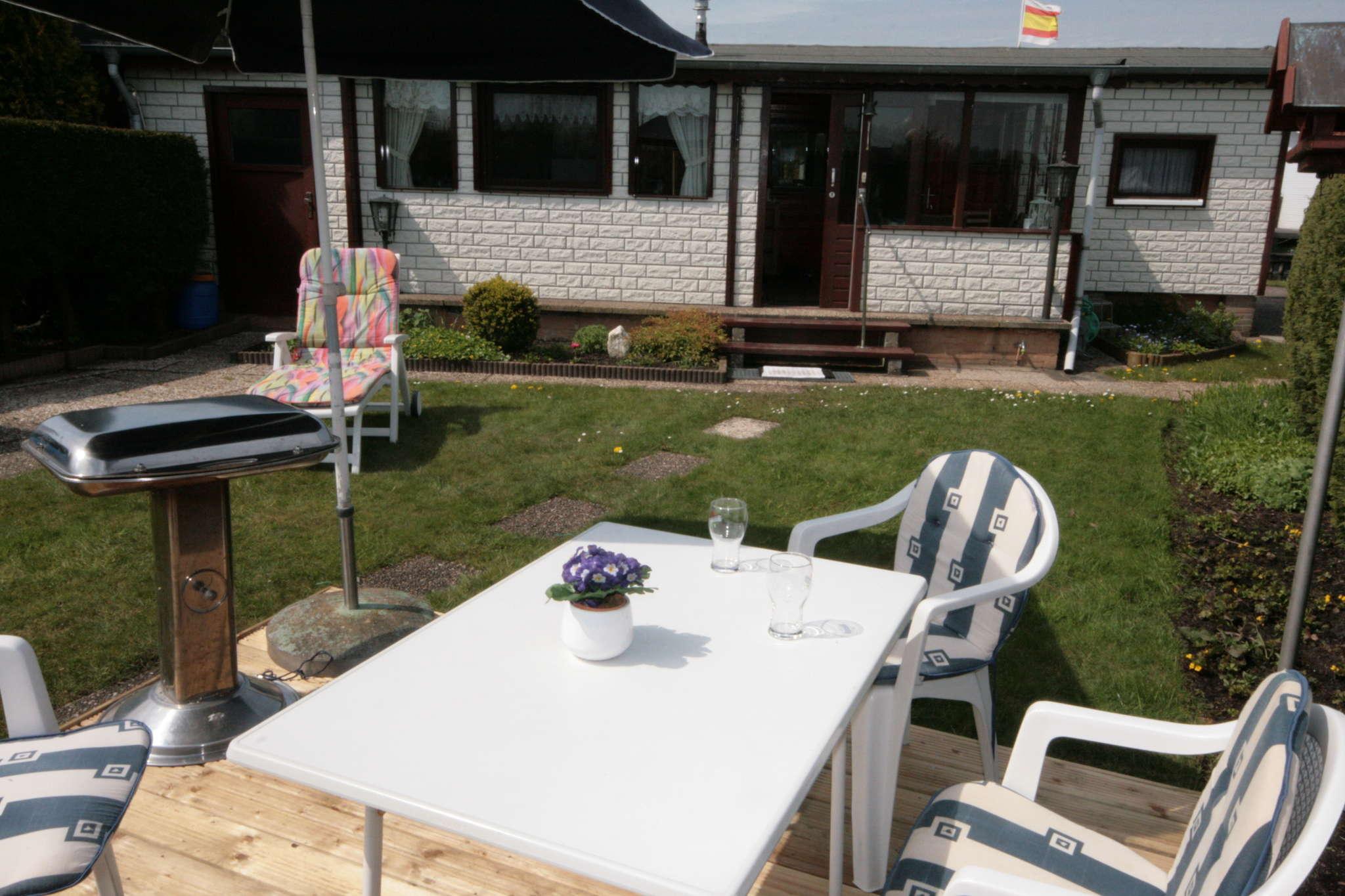 Terrasse mit Gartenm�beln und Grill