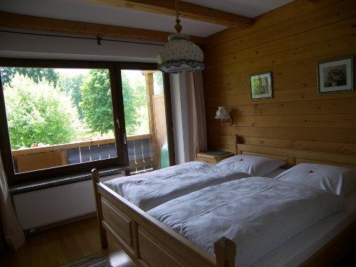 Das Schlafzimmer mit dem Doppelbett.