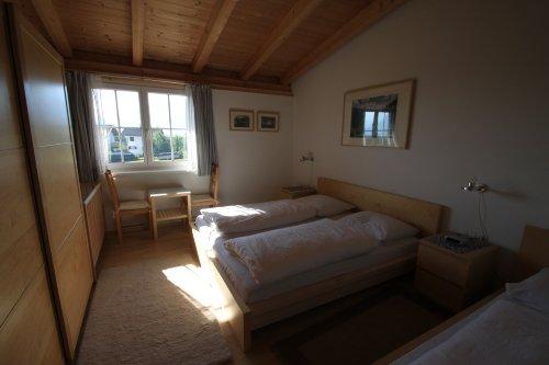 3 - Bett - Zimmer mit Gitterbett
