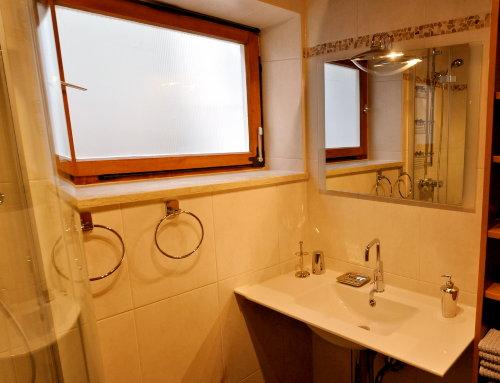WC, Dusche, Regalwand.