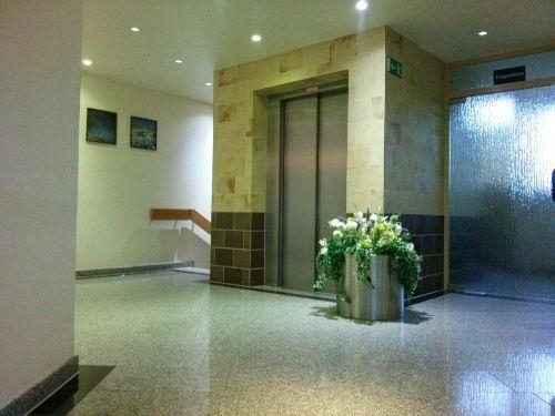 Fahrstuhl/ Abgang zum Schwimmbad u Sauna
