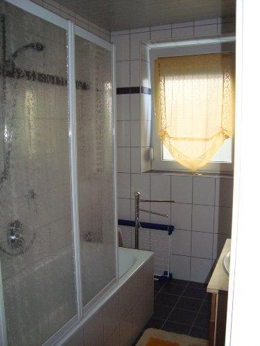 Ansicht Badewanne mit Duschwand