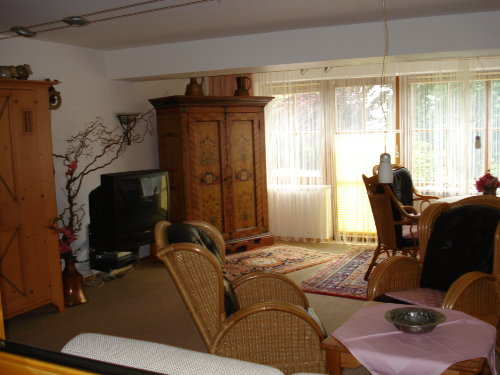 Das Wohnzimmer mit Blick zum Garten.