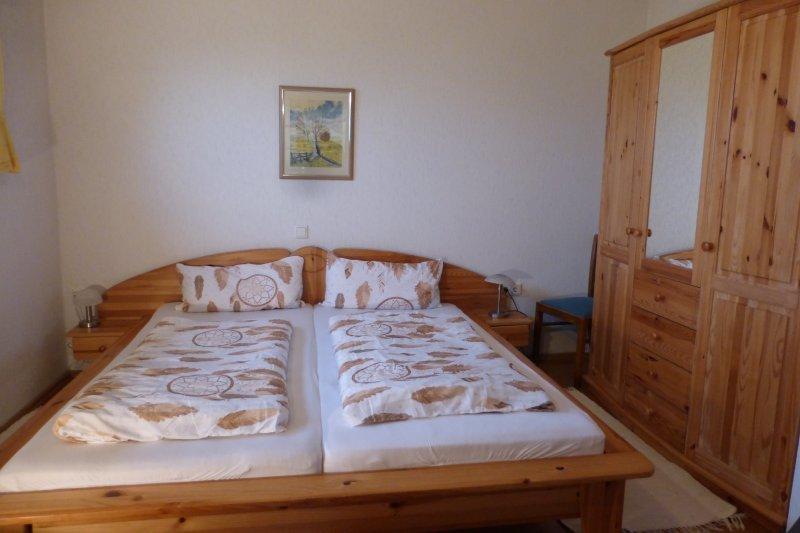 Schlafzimmer mit Doppelbett unten