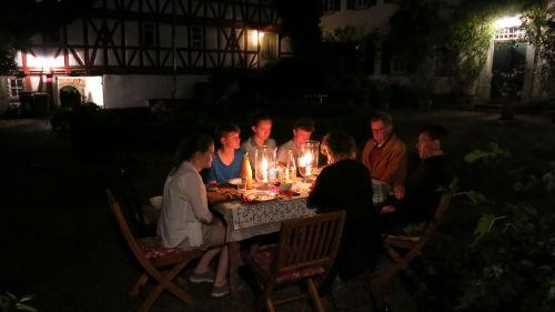 Familie im Innenhof