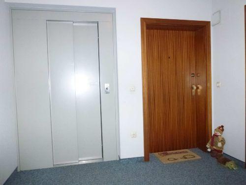 Eingangst�r/ Aufzug