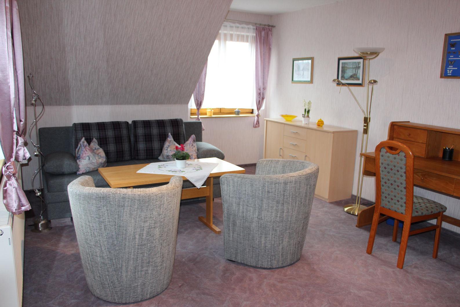 2. Schlafzimmer mit Bett und Klappcouch
