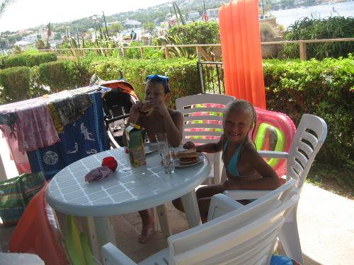 Meer, Pool und Eltern - alles im Blick