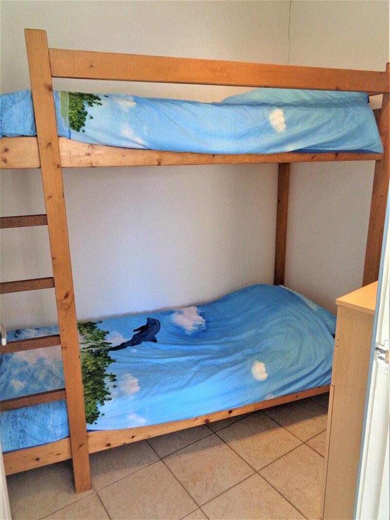 Der Schrank im Schlafzimmer