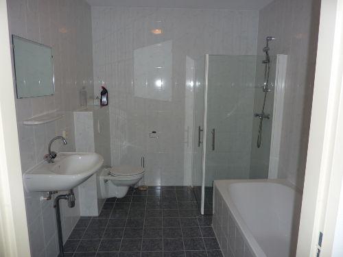 Badezimmer Dusche Badewanne und Toilette
