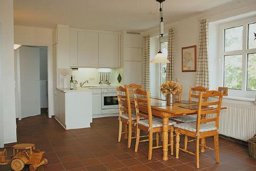 Wohnküche mit grossem Esstisch