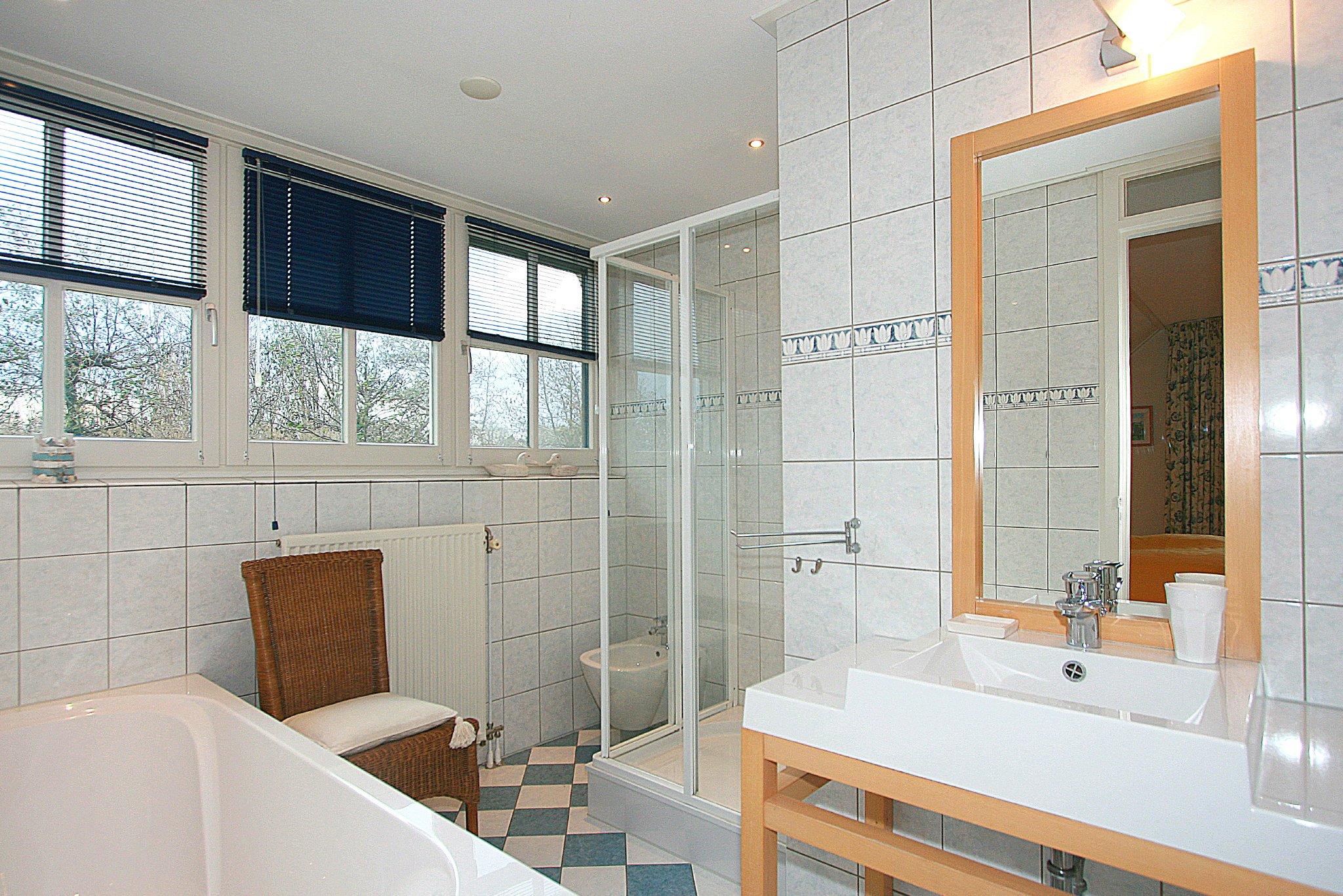 1. Badezimmer mit Bad und Dusche