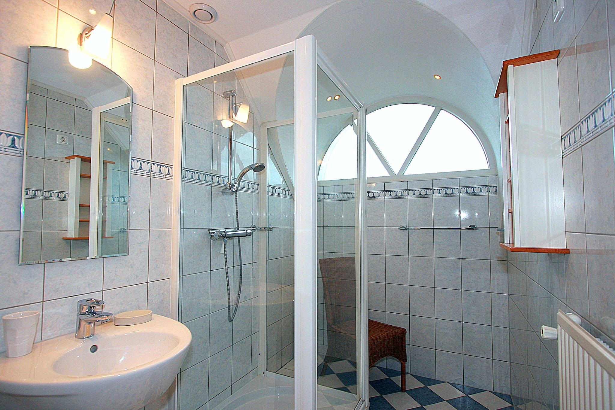 2. Badezimmer mit Dusche