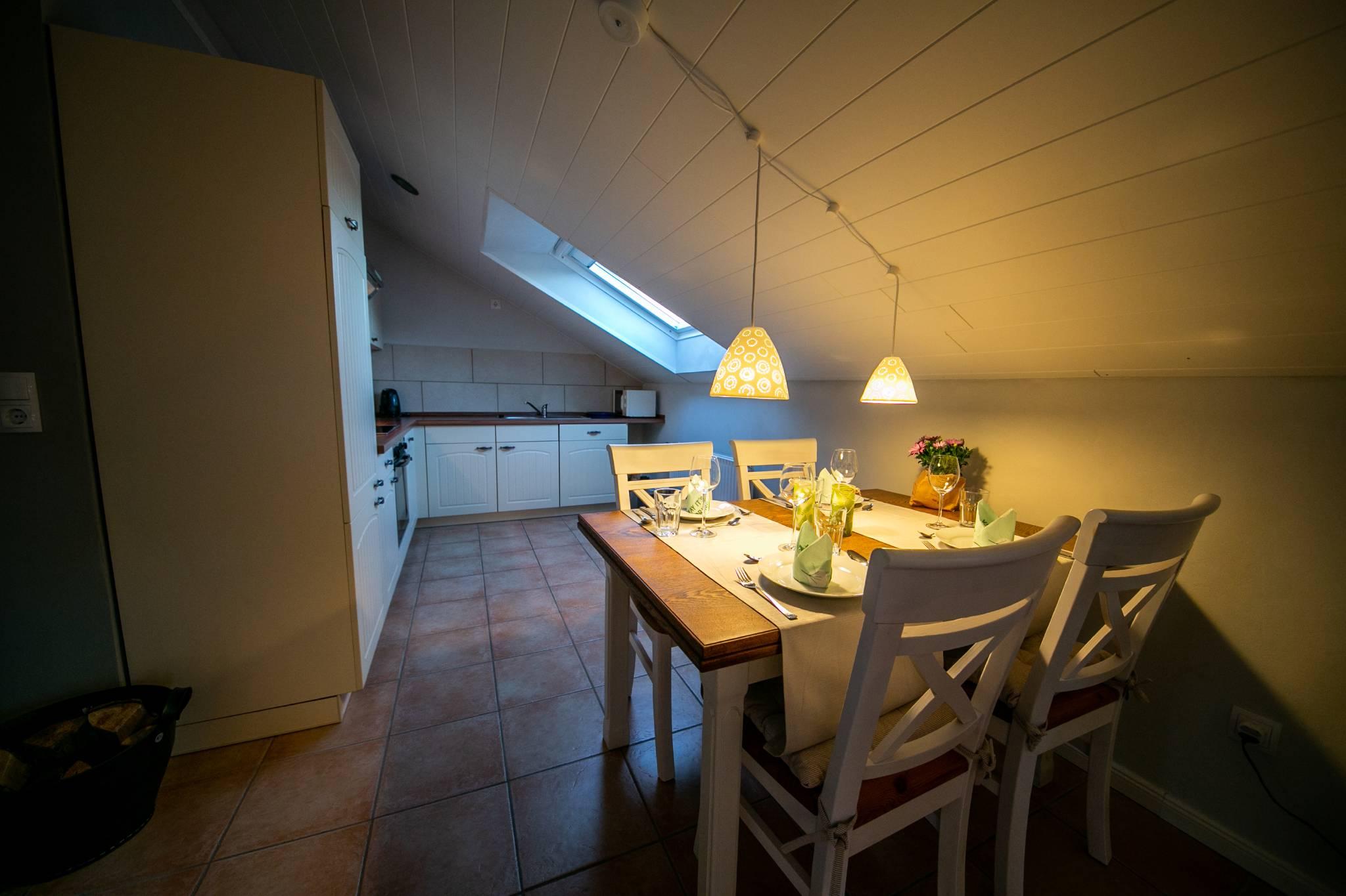 Essecke mit Blick zum Wohnzimmer