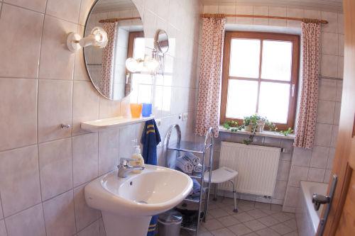 Bad mit Badewanne + Dusche