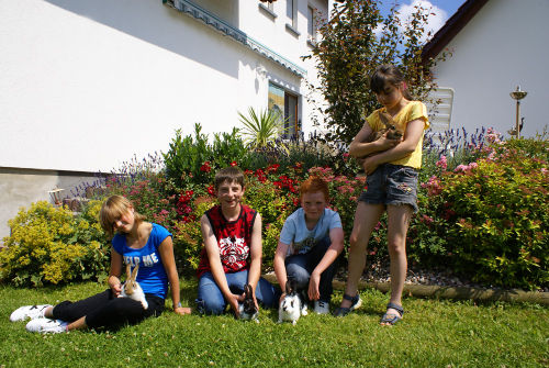 Kinder mit Kaninchen