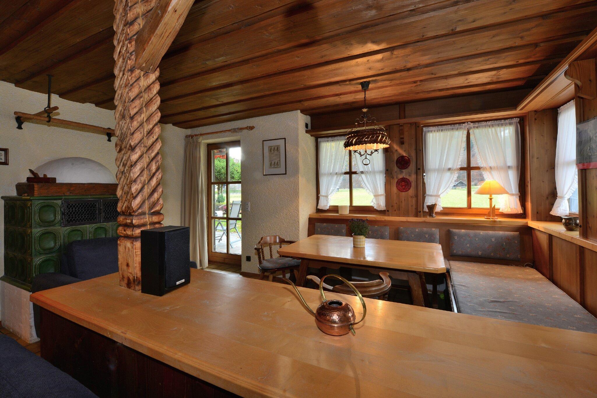 Wohnzimmer mit Sitzecke und Kachelofen