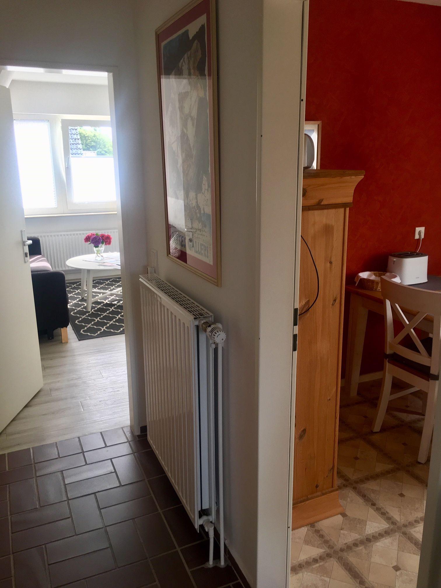 Blick vom Flur in Küche und Wohnzimmer
