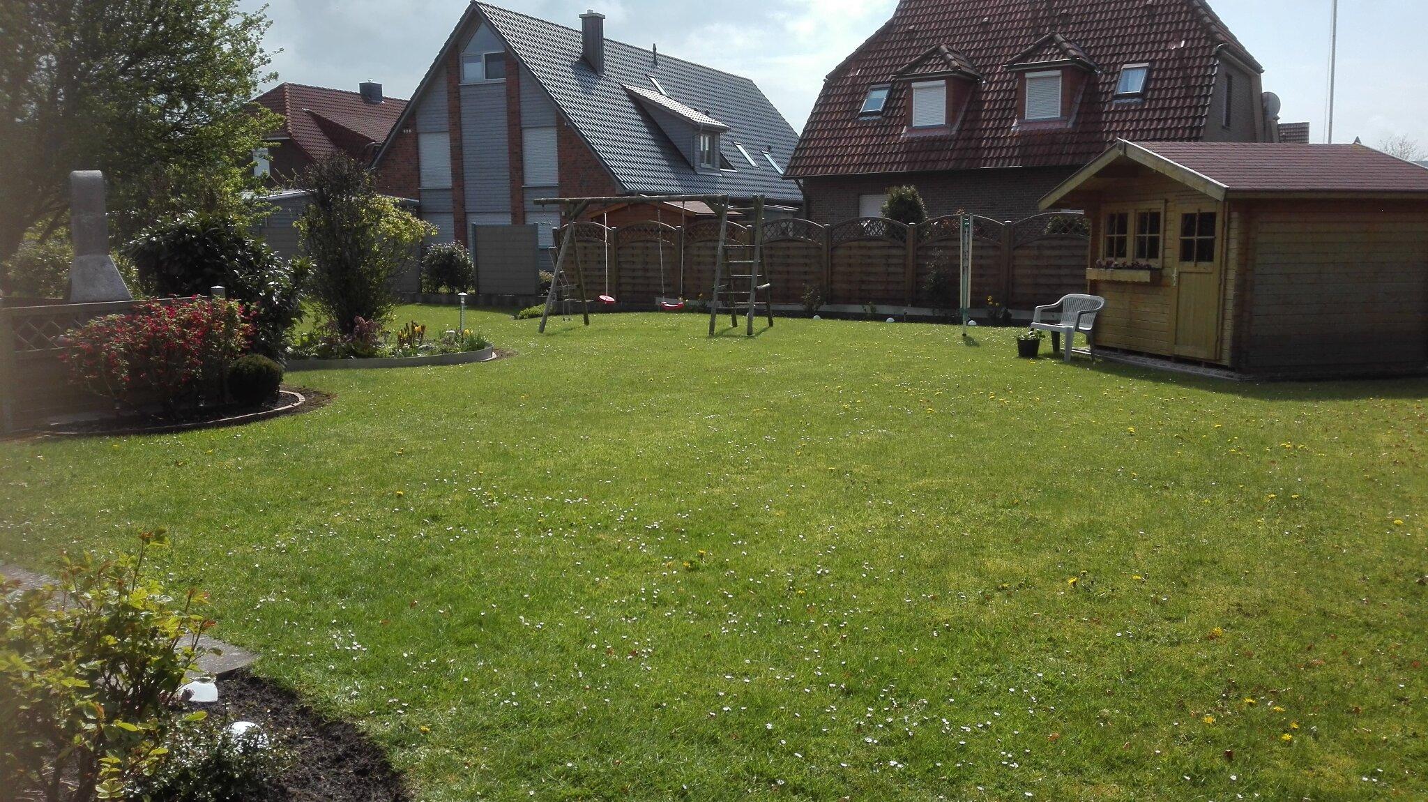 Garten mit Schaukel und Gartenhaus