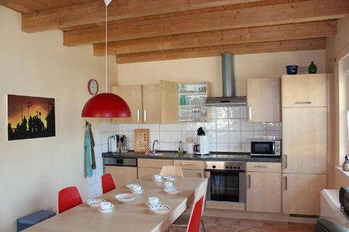 Esstisch und moderne Küche