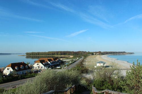 Links Salzhaff mit Hafen rechts Ostsee