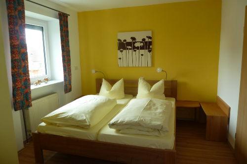 Schlafzimmer zu Fewo 4, nebenan Sanit�r