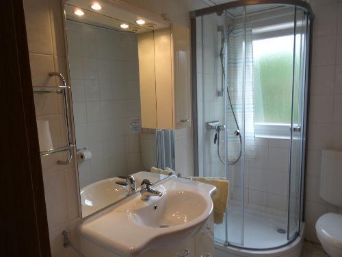 Badezimmer mit Dusche, WC u. Waschbecken