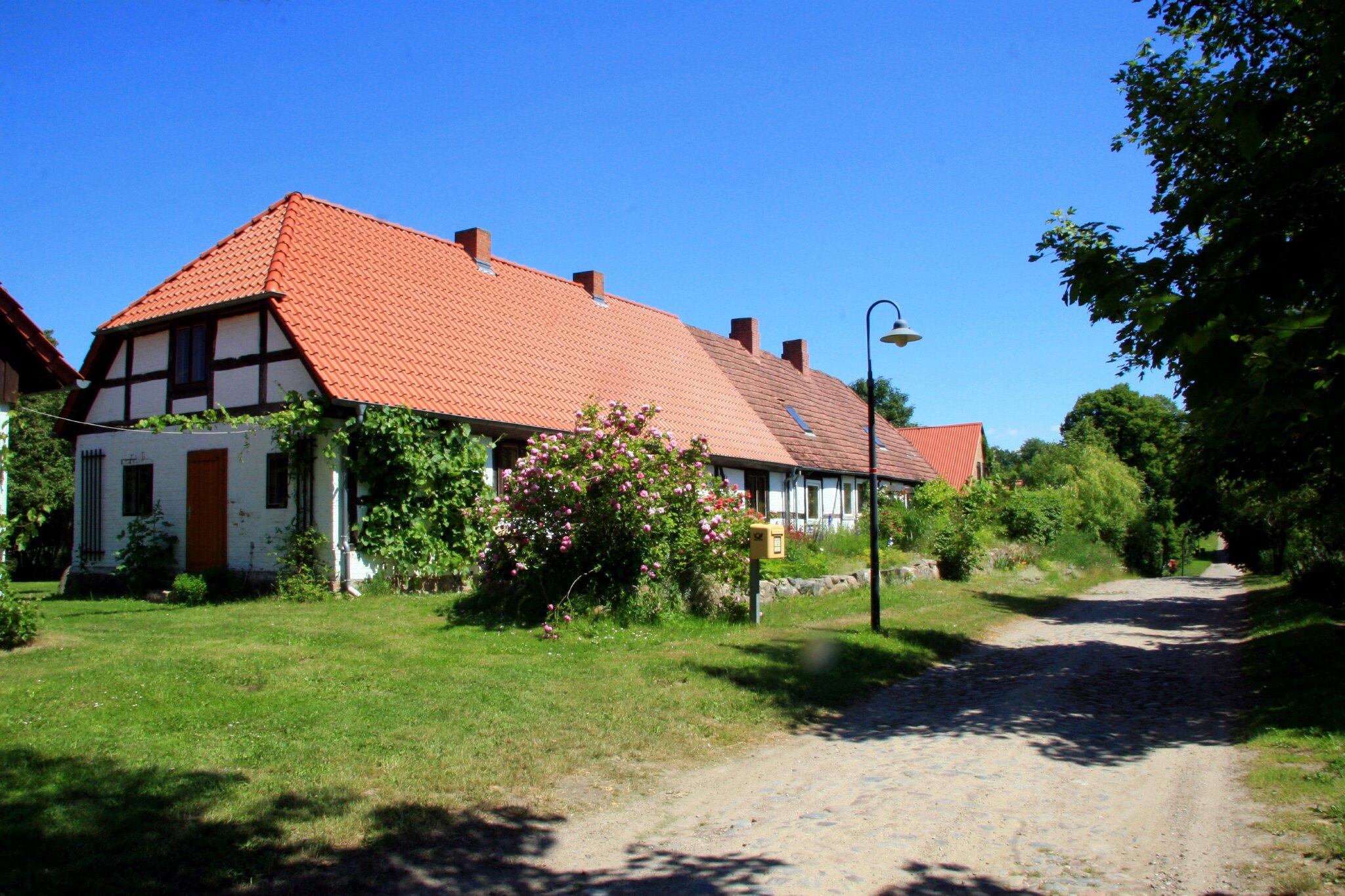 2 von 14 Häuser im Dorf mit Dorfstraße
