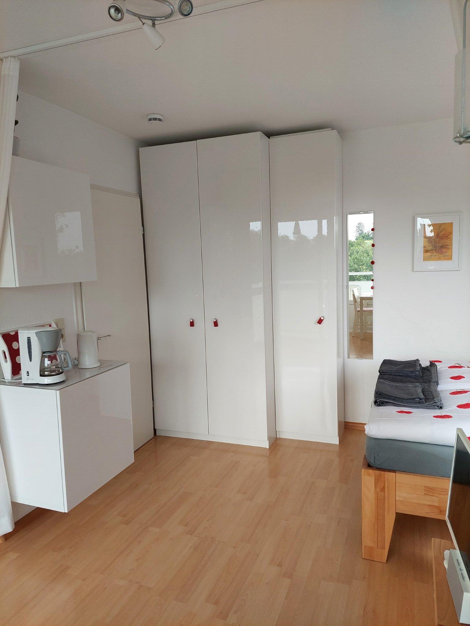 Blick ins Bad Duschwanne hinter der Tür