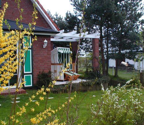 Garten und Terrasse von Westen