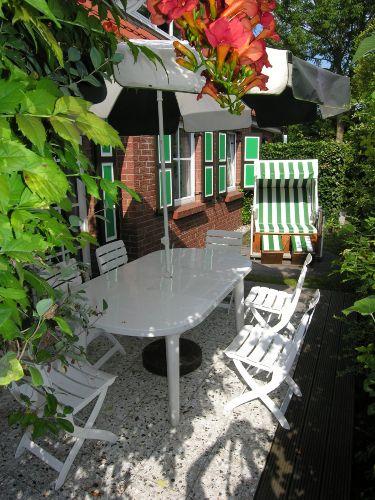 Terrasse mit Standkorb und Grill