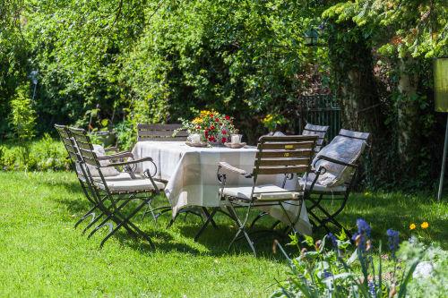 viele gemütliche Sitzplätze im Garten