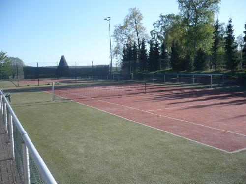 2 Tennisplätze mit Flutlicht