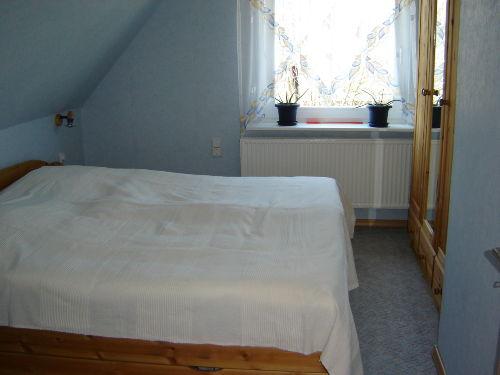 ..das Schlafzimmer mit Doppelbett..
