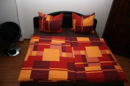 1,80 breites Bett mit 2 Matratzen