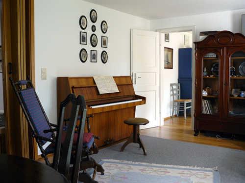 Wohnzimmer mit Klavier