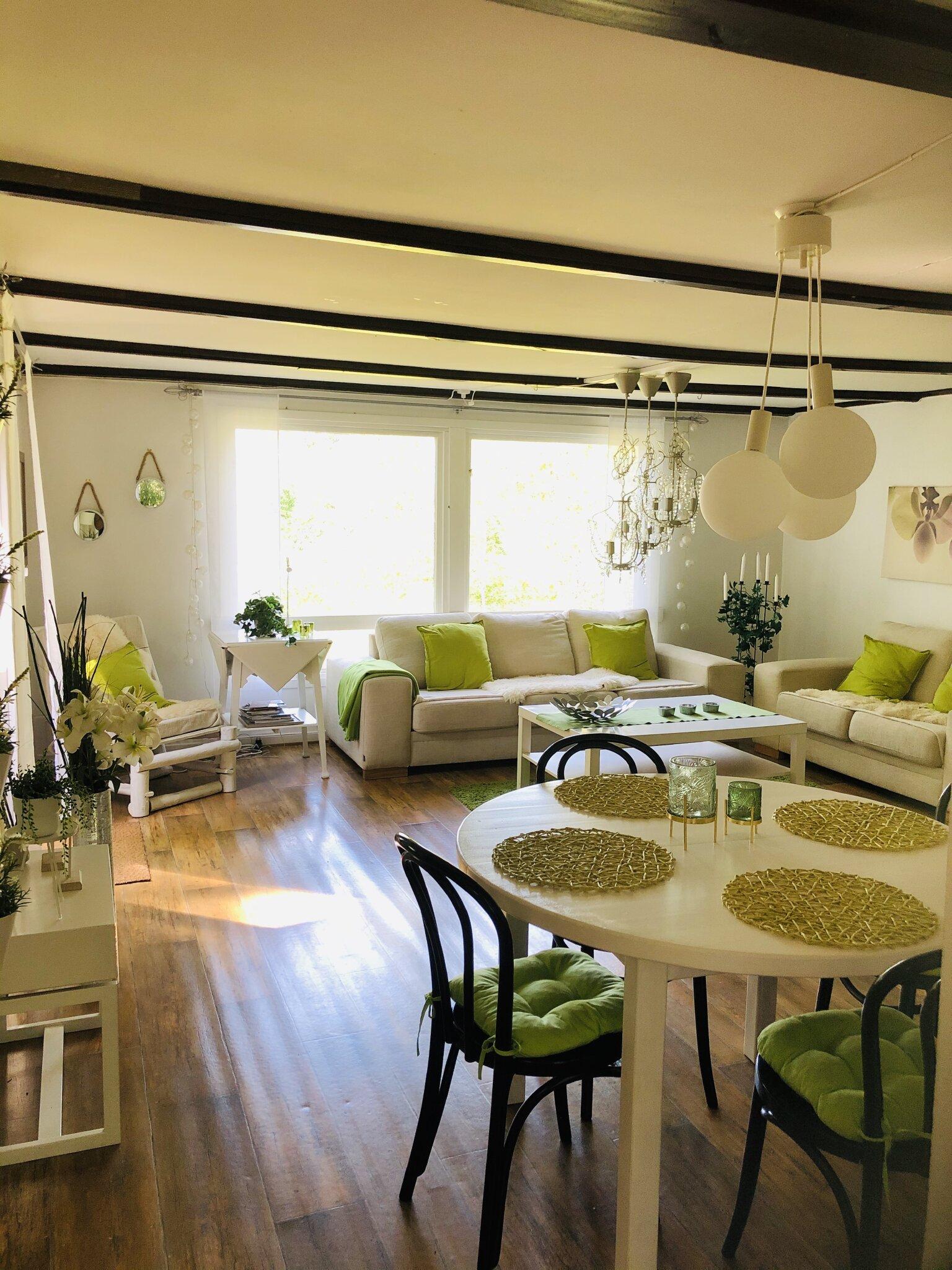 Schönes und helles Wohnzimmer.