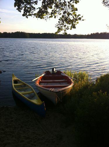 Kanu und das Boot mit Motor.