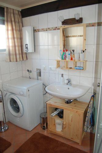 Waschbecken und Waschmaschine