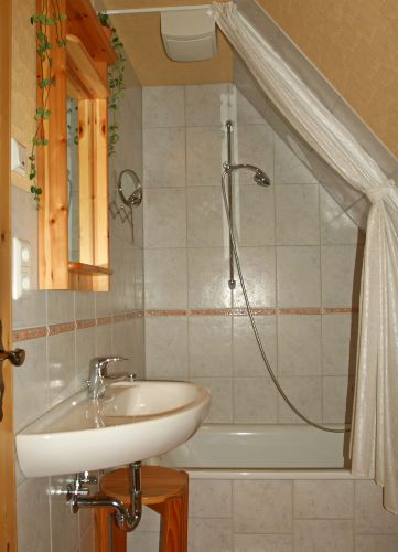 Badezimmer - Waschtisch, Badewanne