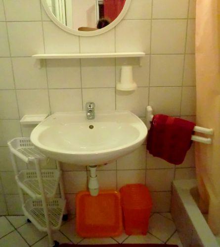 Apart Hanni, Dusche-WC Rot