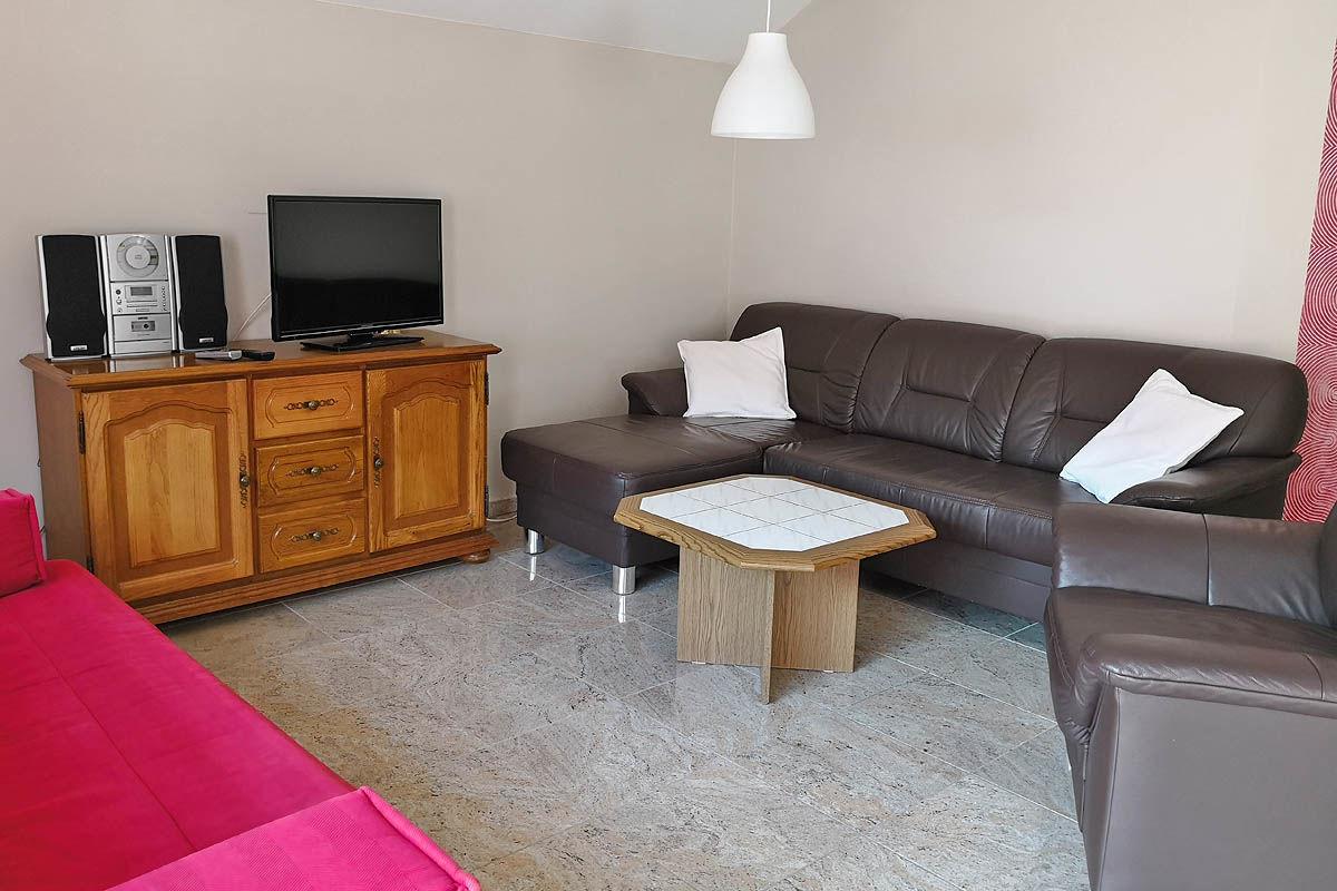 Wohnzimmer mit TV und Couch