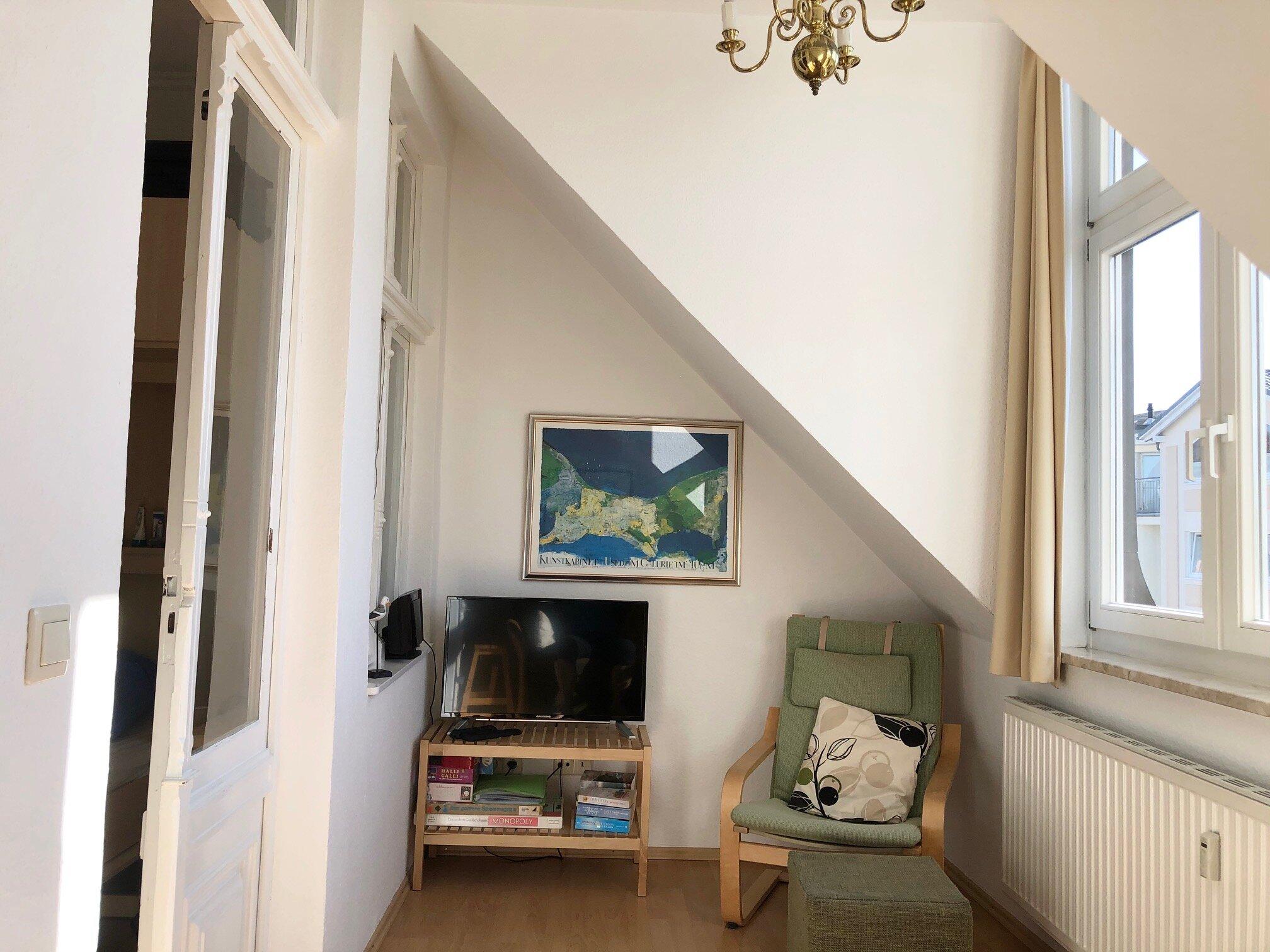 Schwingsessel + TV im Verandazimmer