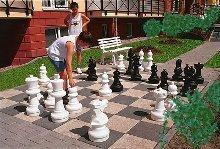 Schach spielen vor dem Haus