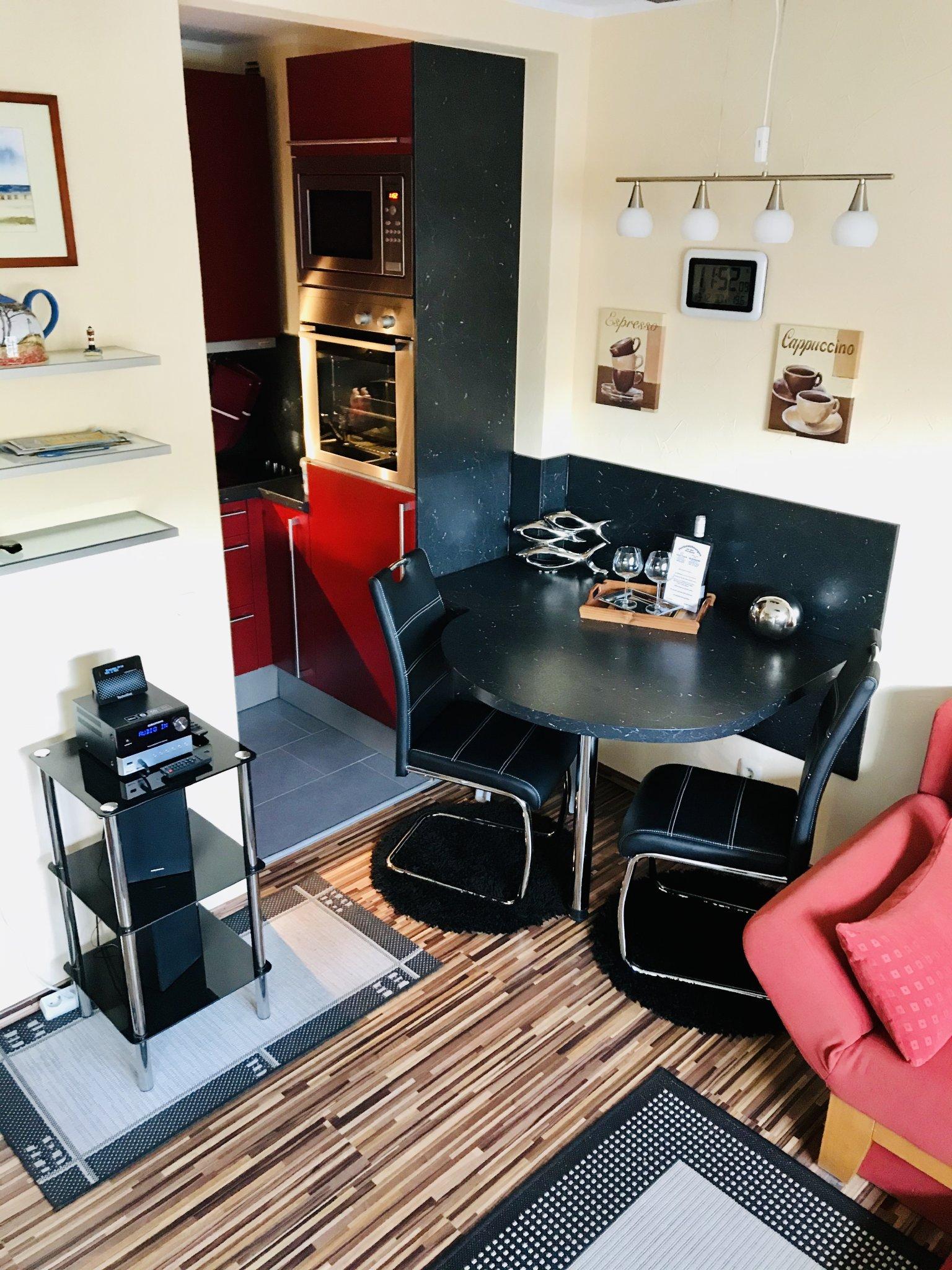 Thekenbereich mit Blick in die Küche