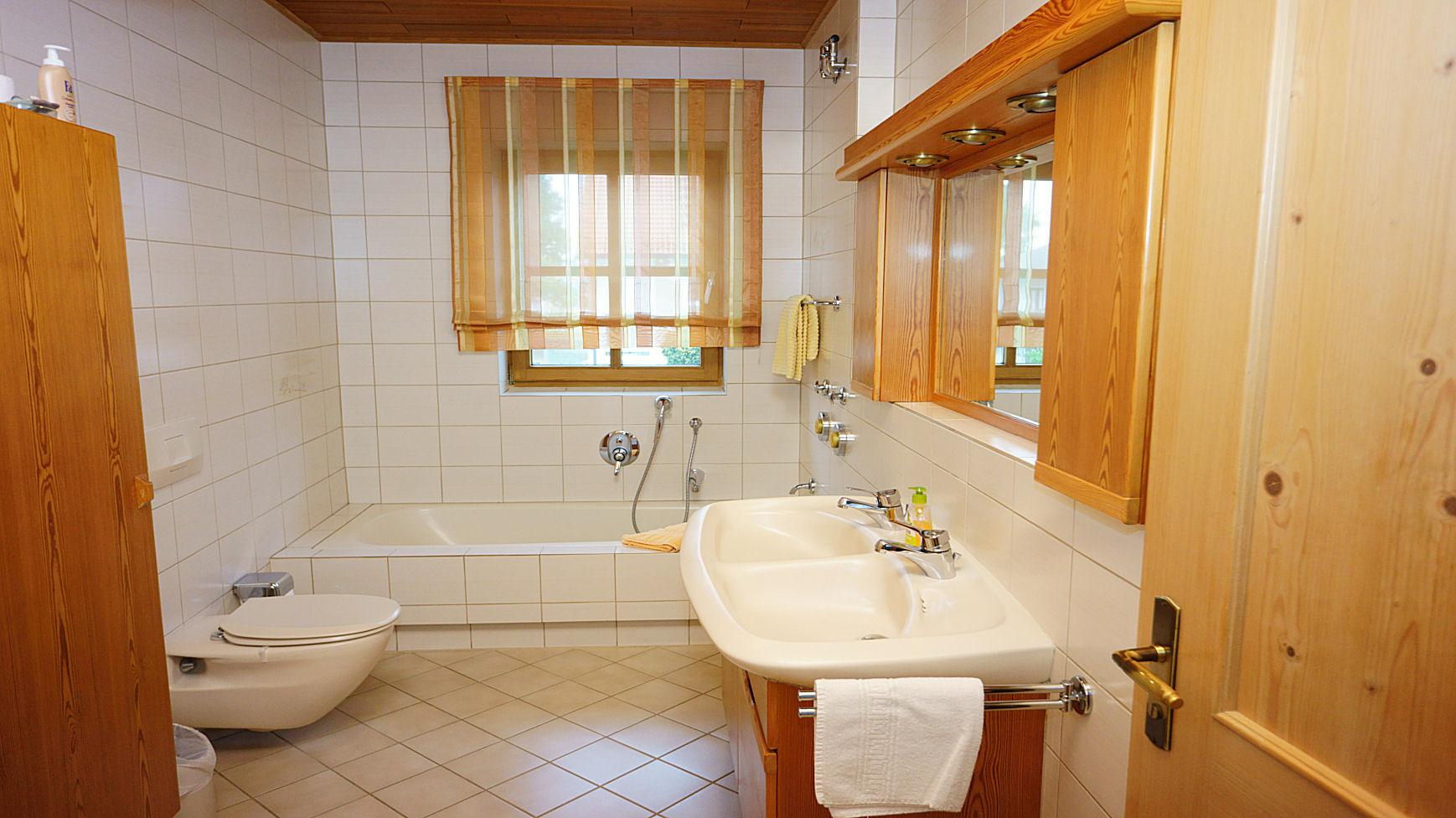 Badezimmer (+ sep. Dusche)