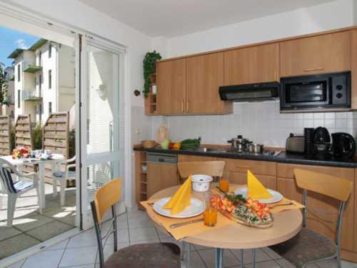 Küche mit Zugang zur 24 m² Terrasse