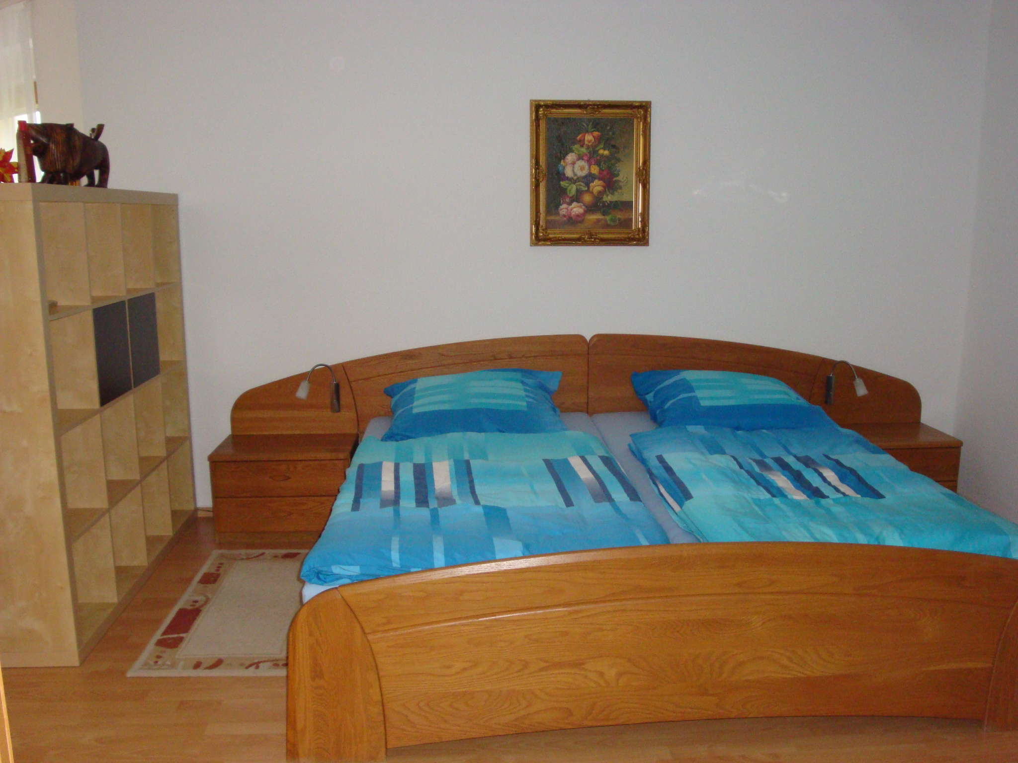 Blick auf das großzügige Doppelbett